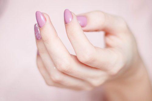 指で美容液を塗る